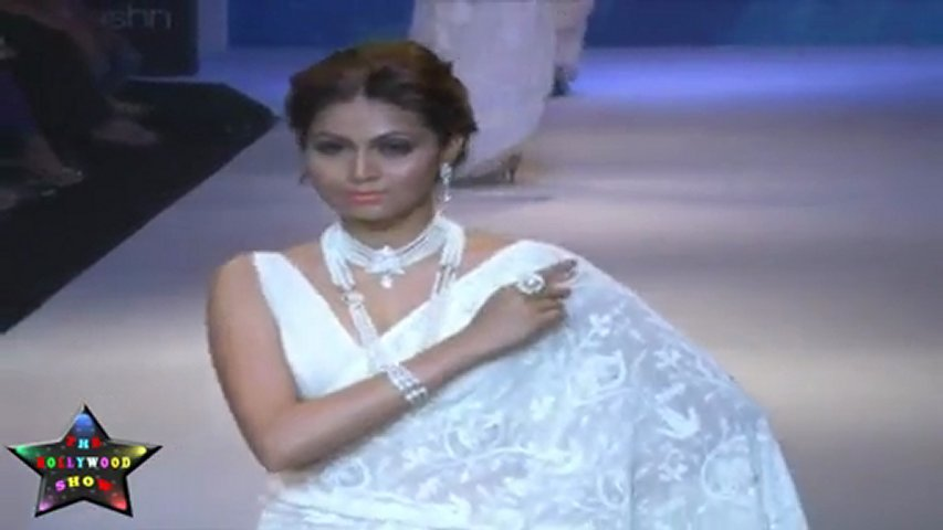 Hot & Seductive Babe Aanchal Kumar In Sexy White Saree At IIJW 2011