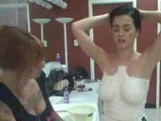 Katy Perry se fait mouler les seins | PopScreen