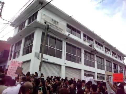 En estos momentos en Xalapa Veracruz 03 de Julio 2012 afuera del IFE | PopScreen