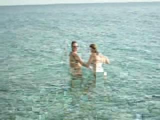 Ragazze nude al mare - nell'acqua | PopScreen