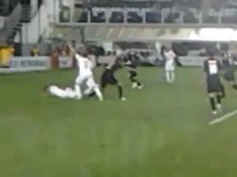 Neymar dá caneta em adversário e arbitro não marca penalidade máxima. | PopScreen