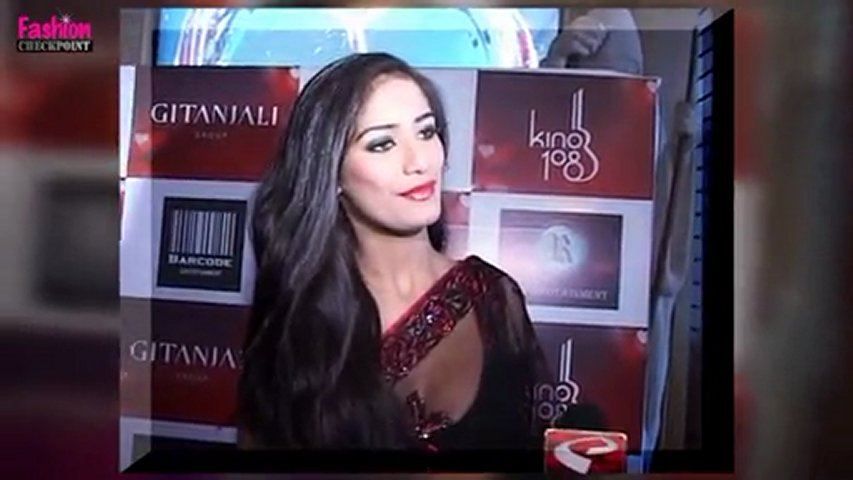 Poonam Pandey shows off her CLEAVAGE!