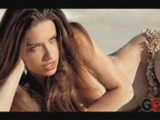 Adriana Lima nuda sulla sabbia | PopScreen