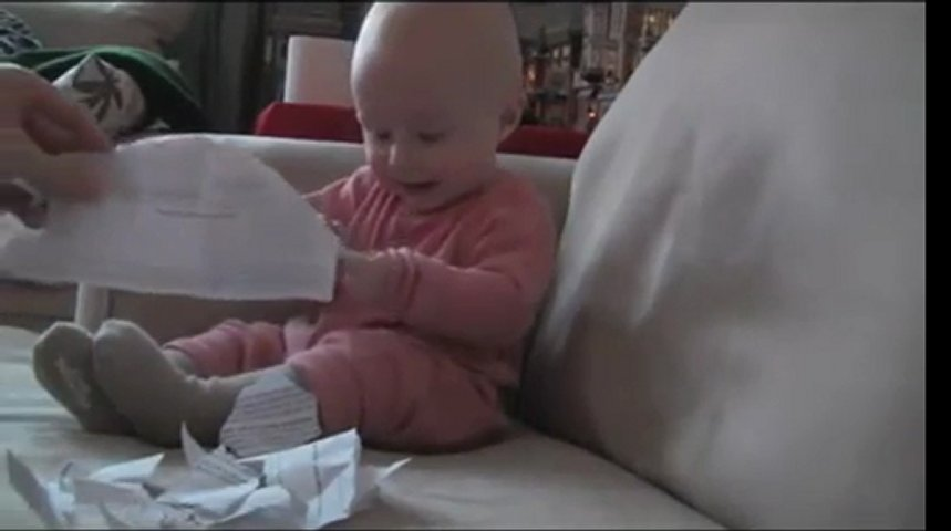 Папа рвёт бумагу а малыш смеётся